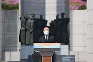 홍남기 국무총리 직무대행이 19일 오전 서울 강북구 국립 4·19민주묘지에서 열린 제61주년 4·19혁명 기념식에서 기념사를 하고 있다.