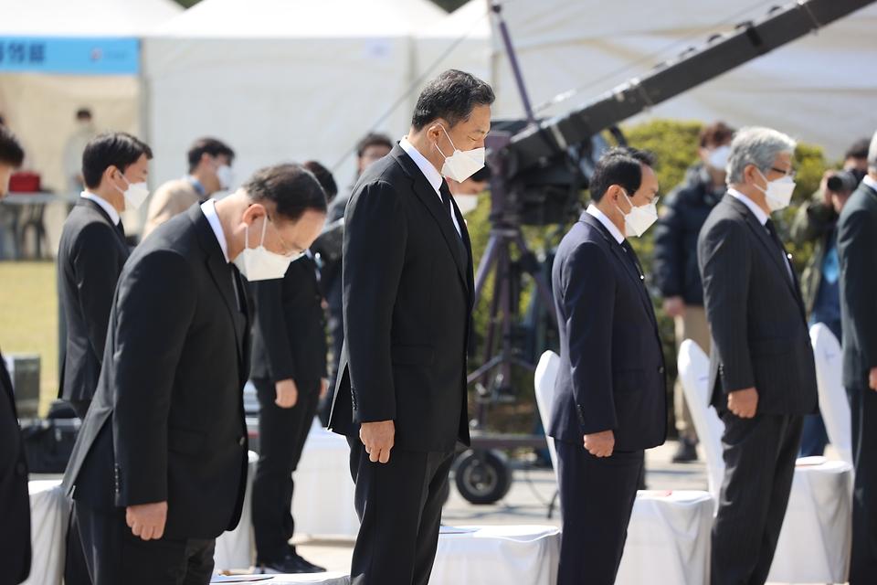 황기철 국가보훈처장이 19일 오전 서울 강북구 국립 4·19민주묘지에서 열린 제61주년 4·19혁명 기념식에 참석하여 국민의례를 하고 있다.