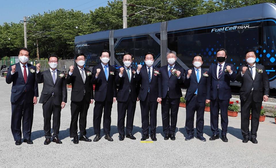 성윤모 산업통상자원부 장관이 19일 오후 경남 창원시 현대로템 창원공장에서 열린 수소트램 컨셉카 공개행사에 참석해 관계자들과 기념촬영을 하고 있다.