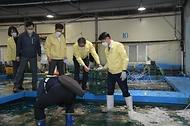 김강립 식약처장이 19일 오후 부산 감천항 수입식품검사소에서 일본산 수입 수산물 방사능 검사를 위한 검체를 옮기고 있다.