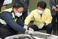 김강립 식약처장이 19일 오후 부산 감천항 수입식품검사소를 찾아 일본산 수입 수산물 방사능 검사 과정을 살피고 있다.