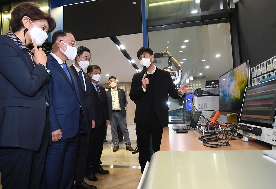 홍남기 경제부총리 겸 기획재정부 장관이 6일 경기도 성남 시스템반도체 설계지원센터에서 열린 제9차 혁신성장 BIG3 추진회의에 앞서 설계 검증보드 시험을 보고 있다.