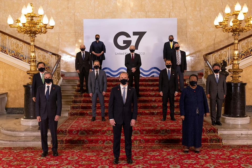 5일(현지시간) 런던에서 열린 G7 외교장관 회의에 참여한 정의용 외교부 장관 등 각국 외교장관들이 기념촬영을 하고 있다.