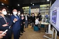 홍남기 경제부총리 겸 기획재정부 장관이 6일 경기도 성남 시스템반도체 설계지원센터에서 열린 제9차 혁신성장 BIG3 추진회의에 앞서 EDA설계툴 시연을 보고 있다.