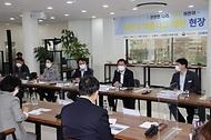 전해철 행정안전부 장관이 어린이날을 앞둔 4일 오후 경기도 하남시에서 어린이보호구역 주변 교통안전 시설개선 현장을 점검한 뒤 어린이 교통사고 예방을 위한 현장간담회를 하고 있다.