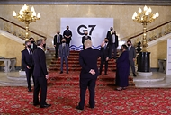 보리스 존슨 영국 총리가 5일(현지시간) 런던에서 열린 G7 외교장관 회의에 참여한 정의용 외교부 장관 등 각국 외교장관들과 포즈를 취하고 있다.