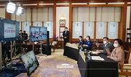 문재인 대통령과 김정숙 여사가 지난 4일 청와대 본관 집무실에서 어린이날을 맞아 열린 '청와대 어린이 랜선초청 만남' 행사에서 평창 도성초등학교 어린이들과 영상으로 만나 격려하고 있다.