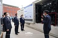 문재인 대통령이 6일 울산 남구 수소연료전지 실증화센터를 방문해 수소차 연료전지발전시스템을 둘러보고 있다.