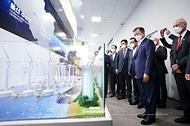문재인 대통령이 6일 울산 남구 3D프린팅 지식산업센터에서 열린 '울산 부유식 해상풍력 전략 보고'에 참석해 부유식 해상풍력 모형을 살펴보고 있다.