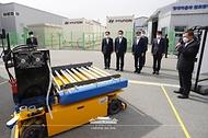 문재인 대통령이 6일 울산 남구 수소연료전지 실증화센터를 방문해 수소 무인 운반차에 대한 설명을 듣고 있다.