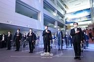 문재인 대통령이 6일 울산 남구 3D프린팅 지식산업센터에서 열린 '울산 부유식 해상풍력 전략 보고'에 참석해 국민의례를 하고 있다.
