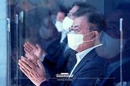 문재인 대통령이 6일 울산 남구 3D프린팅 지식산업센터에서 열린 '울산 부유식 해상풍력 전략 보고'에 참석해 박수치고 있다.