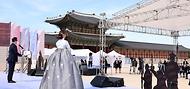 황희 문화체육관광부 장관이 11일 서울 경복궁 흥례문 광장에서 열린 제 127주년 동학농민혁명 기념식에 참석해 기념사를 하고 있다.