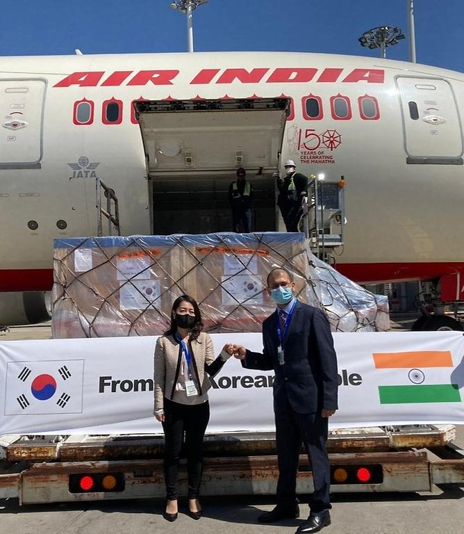 외교부가 신종 코로나바이러스 감염증(코로나19) 확산으로 어려움을 겪는 인도에 오는 9일 항공편으로 산소발생기 230대, 산소통 및 산소조절기 200개, 음압캐리어 100개를 우선 수송한다고 7일 밝혔다.