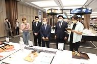 11일 서울 코엑스에서 열린 브랜드K 품평회에서 권칠승 중소벤처기업부 장관이 홍보대사 박지성, 인플루언서 대도서관과 함께 행사장을 둘러보고 있다.