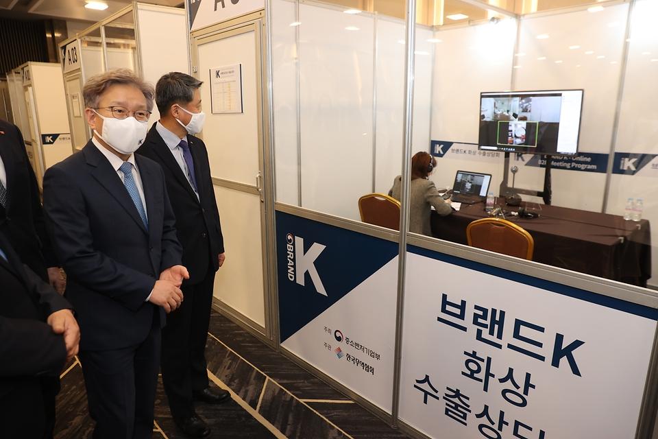 권칠승 중소벤처기업부 장관이 11일 서울 강남구 삼성동 코엑스에서 열린 브랜드K 품평회를 둘러보고 있다.