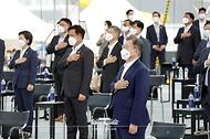 문재인 대통령이 13일 오후 경기도 평택시 삼성전자 평택단지 3라인 건설현장에 마련된 야외무대에서 열린 'K-반도체 전략 보고'에 참석해 국민의례를 하고 있다.