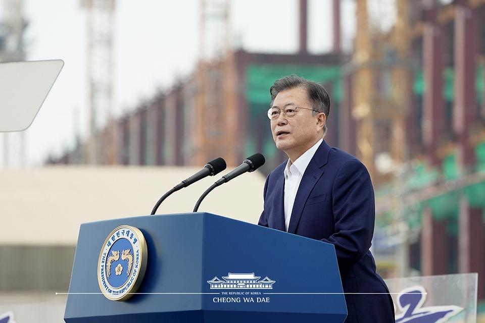 문재인 대통령이 13일 오후 경기도 평택시 삼성전자 평택단지 3라인 건설현장에 마련된 야외무대에서 열린 'K-반도체 전략 보고'에서 발언하고 있다.