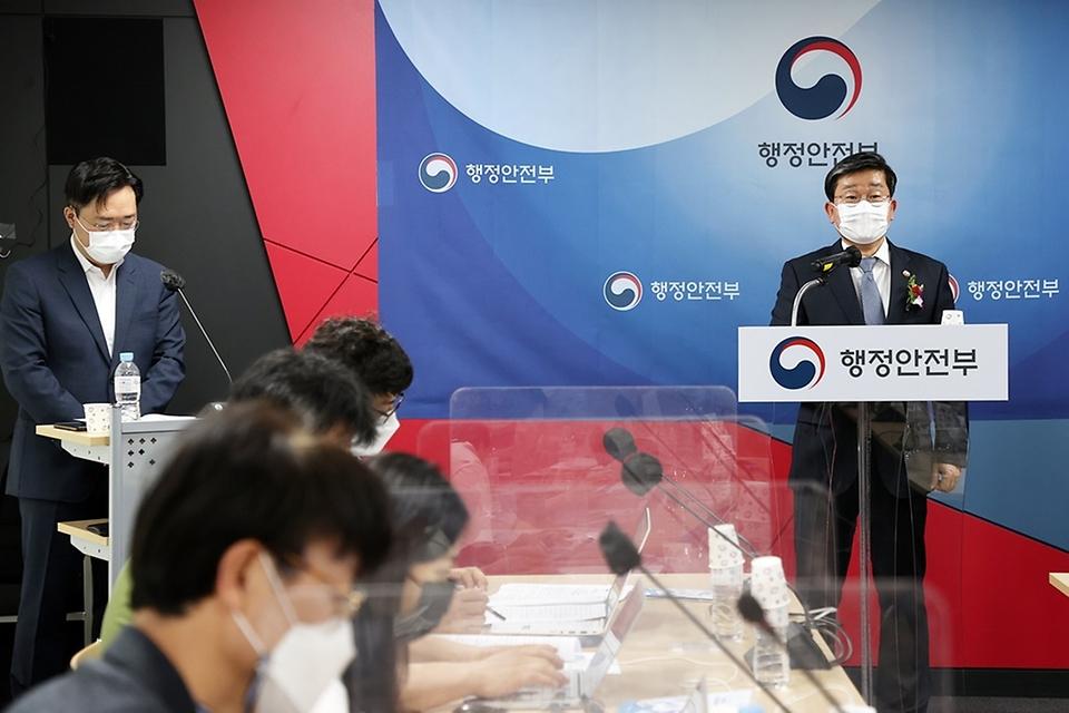 전해철 행정안전부 장관이 14일 오후 대구광역시 수성구 재난안전통신망 대구운영센터에서 열린 LTE 기반 전국 단일 재난안전통신망 준공 및 개통식에서 기자 브리핑을 하고 있다.