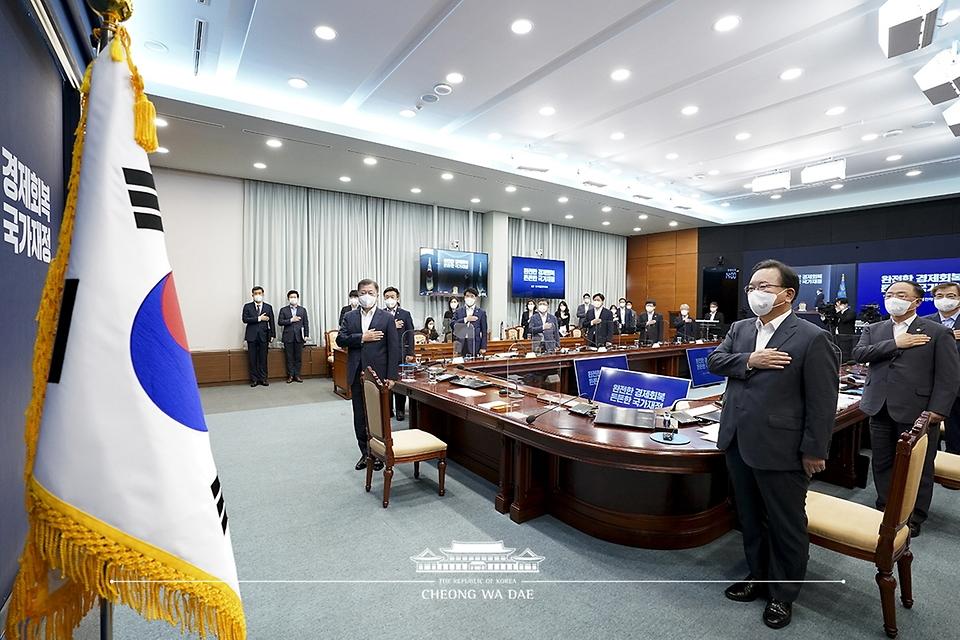 문재인 대통령이 27일 오후 청와대에서 열린 '2021 국가재정전략회의'에서 국기에 경례를 하고 있다.