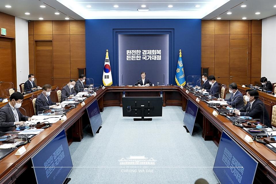 문재인 대통령이 27일 오후 청와대에서 열린 '2021 국가재정전략회의'를 주재하고 있다.
