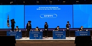 31일 오후 서울 영등포구 중소기업중앙회에서 열린 '중소기업 청년 일자리 매칭 활성화를 위한 업무협약 및 우수 중소기업 온택트 채용동향 설명회'에서 참석자들이 서명하고 있다.