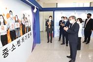 권칠승 중소벤처기업부 장관 8일 청와대 사랑채 2층 로비에서 개최된 '중소벤처기업 정책 성과 홍보 전시회' 개막식에 참석해 전시를 둘러보고 있다.