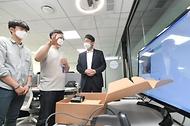 이억원 기획재정부 제1차관이 8일 서울 마포구 소재 프론트원을 방문해 입주기업 관계자로부터 제품 설명을 듣고 있다.
