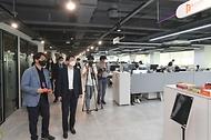 이억원 기획재정부 제1차관이 8일 오후 세계 최대 규모의 스타트업 복합 지원센터인 서울 마포구 프론트원을 방문해 업무공간을 살펴보고 있다.
