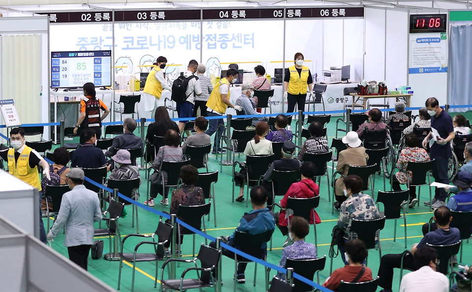 11일 오전 서울 중랑문화체육관에 마련된 코로나19 접종센터에서 화이자 백신 접종이 진행되고 있다. 이날 1차 백신 접종은 1천만 명을 훌쩍 넘어섰다.
