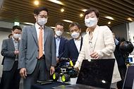 조경식 과학기술정보통신부 제2차관이 10일 오전 경기 성남시 기업지원허브 5G 테스트센터를 방문해 김기령 팀그릿 대표로부터 5G 로봇 초저지연 양방향제어서비스에 대한 설명을 듣고 있다.