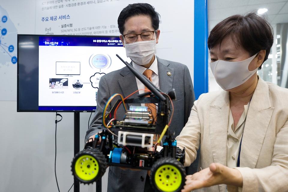 조경식 과학기술정보통신부 제2차관이 10일 오전 경기도 성남시 기업지원허브 5G 테스트센터를 방문, 김기령 팀그릿 대표로부터 5G 로봇 초저지연 양방향제어서비스에 대한 설명을 듣고 있다.