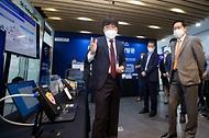 조경식 과학기술정보통신부 제2차관이 10일 오전 경기도 성남시 기업지원허브 5G 테스트센터를 방문, 이현송 KT 책임연구원으로부터 5G 워크플레이스에 대한 설명을 듣고 있다.
