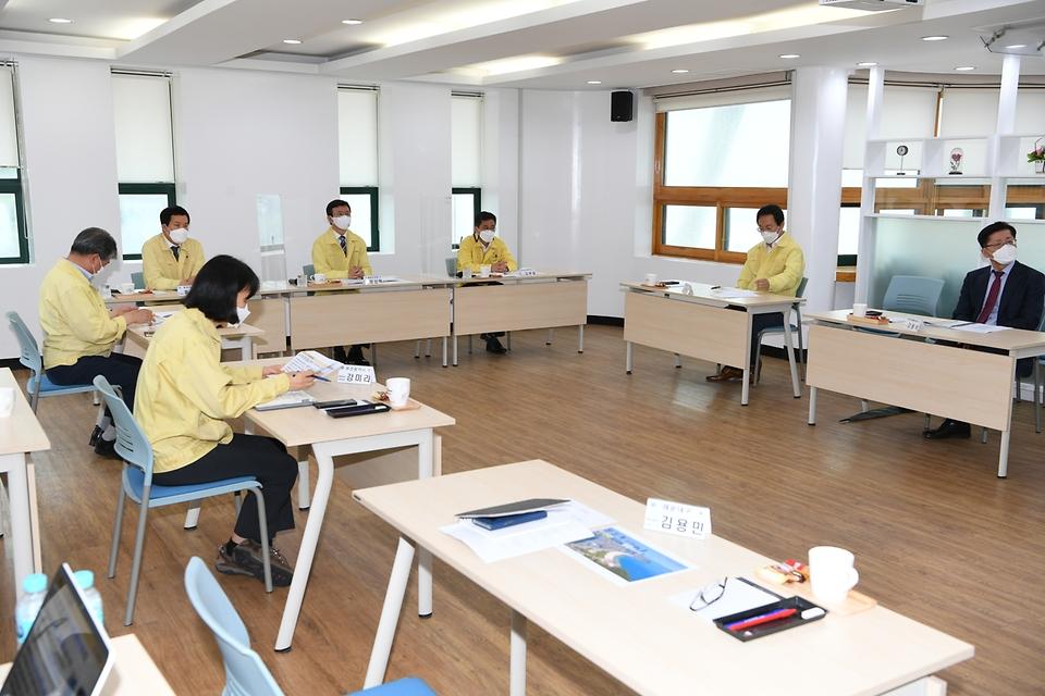 문성혁 해양수산부 장관이 11일 해운대 해수욕장을 방문하여 코로나19 방역 관리 현황을 보고 받고 있다.