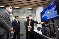 조경식 과학기술정보통신부 제2차관이 10일 오전 경기도 성남시 기업지원허브 5G 테스트센터를 방문, 유미희 SK텔레콤 IOTCO 공공사업담당팀장으로부터 5G기반으로한 차세대지능형교통체계시스템에 대한 설명을 듣고 있다.