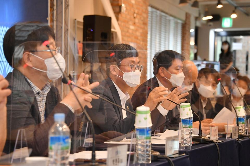 안도걸 기획재정부 차관이 16일 광주광역시 인공지능 창업캠프를 방문, '광주 인공지능집적단지 활성화를 위한 간담회'에서 모두발언을 하고 있다.