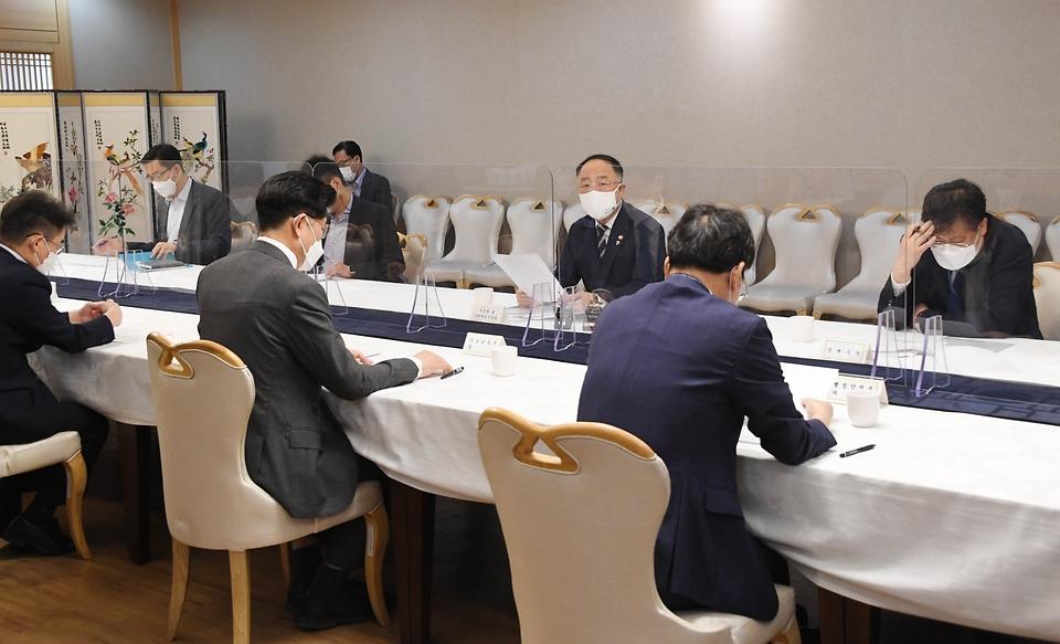 홍남기 부총리 겸 기획재정부 장관이 17일 정부서울청사에서 열린 '제24차 부동산시장 점검 관계장관회의'를 주재하며 발언하고 있다.