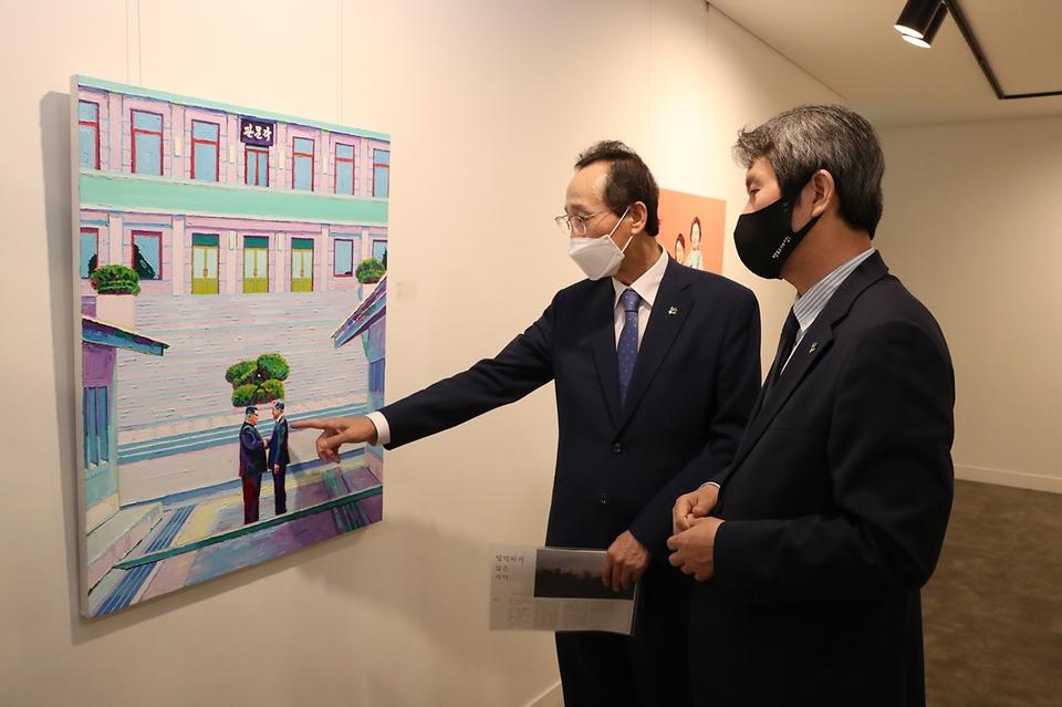 이인영 통일부 장관이 21일 서울 명동 커뮤니티하우스 마실에서 열린 '2021 대한민국 청년 평화경제 오픈랩 프로젝트'에 참석해 프로젝트 결과물들을 둘러보고 있다.
