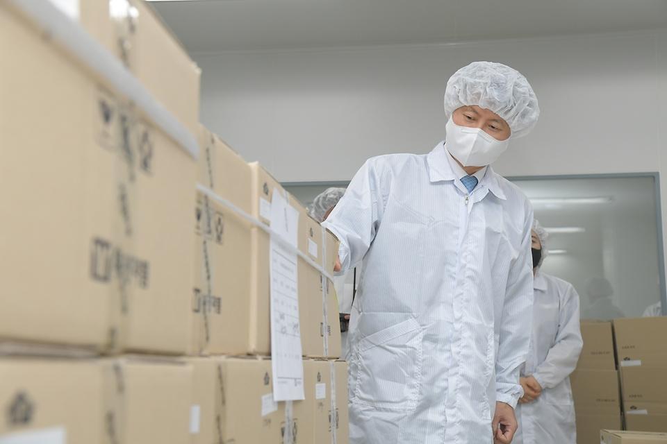 김강립 식품의약품안전처장이 23일 경기도 안산 부광약품 공장을 방문해 해열진통제 생산 현장을 살펴보고 있다.