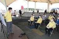 문성혁 해양수산부 장관이 12일 오후 집중호우로 피해를 본 전남 강진군 양식장을 방문해 피해 현황을 보고받고 있다.