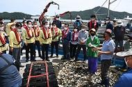 문성혁 해양수산부 장관이 12일 오후 집중호우로 피해를 본 전남 강진군 양식장을 방문해 어민들로부터 피해 상황을 청취하고 있다.