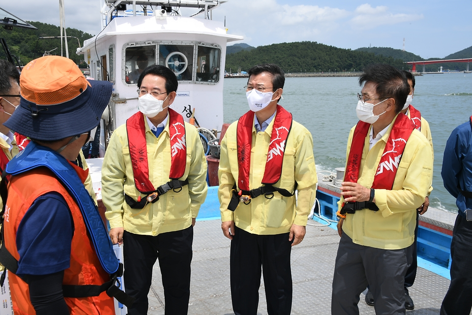 문성혁 해양수산부 장관이 12일 오후 집중호우로 피해를 본 전남 강진군 양식장을 방문해 피해 현장을 살피고 있다.