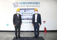 김용래 특허청장은 7월 14일 오후 4시 일본 수출규제 2년간 대응성과를 점검하고자, 일본에서 전량 수입하던 소재 국산화에 성공한 세종 소재 소부장 강소기업 (주)레이크머티리얼즈(세종시 전의면)를 방문해 현장의 의견을 수렴하는 시간을 가졌다.