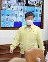 전해철 중앙재난안전대책본부 2차장(행정안전부 장관)이 23일 오전 서울 종로구 정부서울청사 영상회의실에서 열린 '코로나바이러스감염증-19 대응 중앙재난안전대책본부 회의'에 참석 하고 있다.