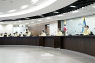 문재인 대통령이 25일 국가위기관리센터에서 열린 코로나19 중앙재난안전대책본부 회의를 주재하고 있다.