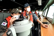 해군사관학교 3학년 생도들이 하계 군사실습 중 남포함에 편승해 연안 실습을 하고 있다.