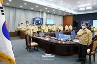 문재인 대통령이 29일 청와대에서 열린 민생경제장관회의에서 국기에 경례를 하고 있다.