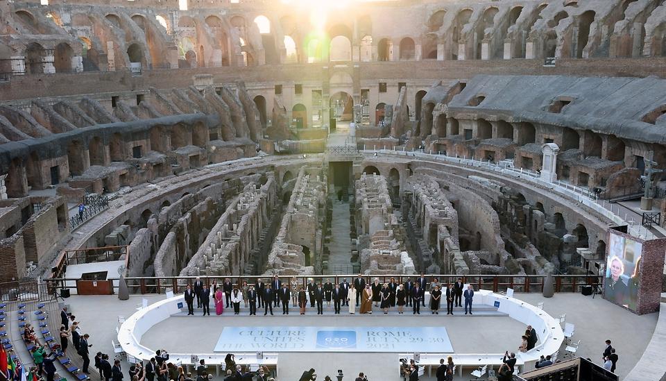 황희 문화체육관광부 장관이 29일(현지시간) 이탈리아 로마 콜로세움에서 열린 G20 문화장관회의 개회식에 참석해 기념촬영을 하고 있다.