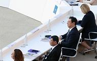 황희 문화체육관광부 장관이 29일(현지시간) 이탈리아 로마 콜로세움에서 열린 G20 문화장관회의 개회식에 참석해 발언을 듣고 있다.