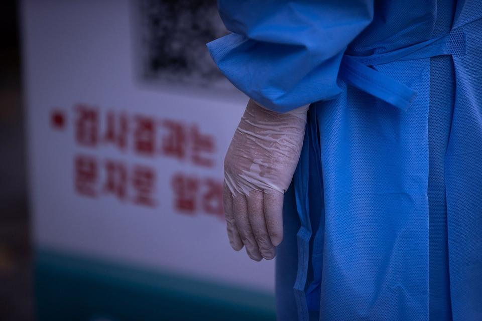 <p>3일 대전광역시 서구 선별검사소에서 의료진들이 검체채취를 하고 있다.</p>